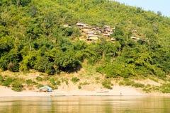 Piccola comunità rurale sola della riva del fiume immagini stock libere da diritti