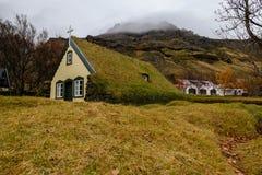 Piccola copertura della chiesa con erba sul tetto fotografia stock