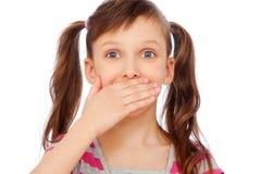 Piccola copertura della ragazza la sua bocca Immagini Stock