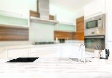 Piccola cucina luminosa moderna Fotografia Stock Libera da Diritti