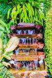 Piccola decorazione del giardino della cascata alla parte anteriore dello spirito dell'ufficio Fotografie Stock