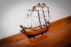 Piccola decorazione della barca a vela che si siede su uno scaffale Fotografia Stock Libera da Diritti