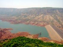 Piccola diga in una valle in India Immagini Stock