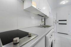 Piccola e cucina compatta nel bianco immagini stock