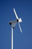 Piccola elettricità che genera giro della turbina di vento. immagine stock