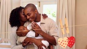 Piccola famiglia felice il giorno dei biglietti di S. Valentino stock footage