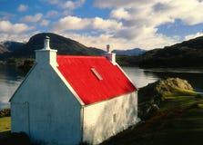 Piccola fattoria coperta rossa, lago Shieldaig, Scozia Immagine Stock