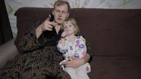 Piccola figlia con il suo film interessante di sorveglianza del padre con le grandi emozioni archivi video