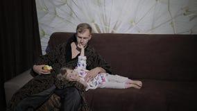 Piccola figlia con la sua mela interessante di sorveglianza del film e di cibo del padre stock footage