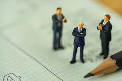 Piccola figura uomo d'affari della gente miniatura che sta sul accou della banca Fotografia Stock Libera da Diritti