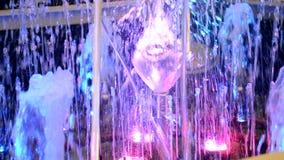 Piccola fine della fontana su alla notte archivi video