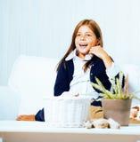 Piccola fine sorridente felice interna castana sveglia della ragazza a casa su, concetto della gente di stile di vita Immagine Stock Libera da Diritti