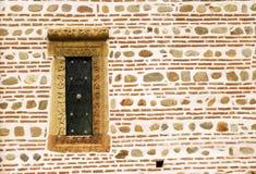 piccola finestra antica della parete Immagini Stock Libere da Diritti