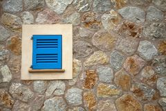 Piccola finestra blu chiusa fotografie stock libere da diritti