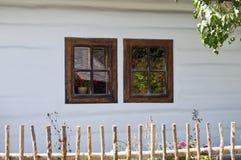 Piccola finestra due sulla vecchia parete della casa Immagini Stock