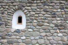 Piccola finestra medioevale all'interno di una parete di pietra Immagine Stock Libera da Diritti
