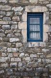 Piccola finestra su una parete di pietra Fotografie Stock Libere da Diritti