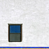 Piccola finestra sulla parete bianca Fotografia Stock