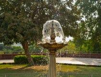 Piccola fontana al parco della città immagine stock libera da diritti