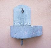 Piccola fontana concreta Immagini Stock Libere da Diritti