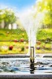 Piccola fontana decorativa in un parco Immagine Stock