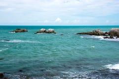 Piccola formazione rocciosa naturale del granito in mare Fotografia Stock Libera da Diritti