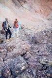 Piccola gente contro la montagna enorme Fotografie Stock