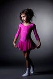 Piccola ginnasta adorabile che posa in vestito rosa fotografia stock