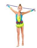 Piccola ginnasta che tiene un salto della corda sopra la sua testa Fotografie Stock Libere da Diritti