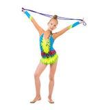 Piccola ginnasta che tiene un salto della corda sopra la sua testa Immagini Stock