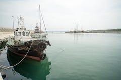 Piccola goletta di pesca sul pilastro di Sarafovo in Burgas, Bulgaria Fotografia Stock Libera da Diritti