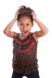 Piccola holding asiatica africana della ragazza la sua testa Immagine Stock