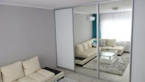 Piccola idea di progettazione del salone dell'appartamento, strato di cuoio, spogliatoio, tavolino da salotto, tappeto di lusso g Immagini Stock