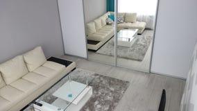 Piccola idea di progettazione del salone dell'appartamento, strato di cuoio, spogliatoio, tavolino da salotto, tappeto di lusso g Fotografia Stock