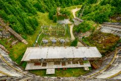 Piccola idro diga elettrica che sfrutta energia idroelettrica Fotografia Stock