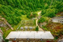 Piccola idro diga elettrica che sfrutta energia idroelettrica Immagine Stock