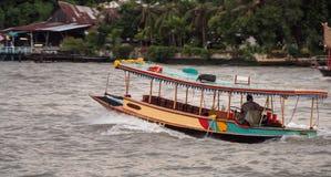 Piccola imbarcazione a motore in Chao Phraya River Immagine Stock