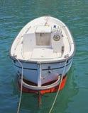 Piccola imbarcazione a motore legata in su Fotografia Stock Libera da Diritti