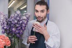 Piccola impresa Fiorista maschio nel negozio di fiore Studio di progettazione floreale, prendendo le decorazioni ed accordi immagine stock