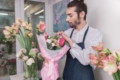 Piccola impresa Fiorista maschio nel negozio di fiore Studio di progettazione floreale, prendendo le decorazioni ed accordi immagini stock libere da diritti