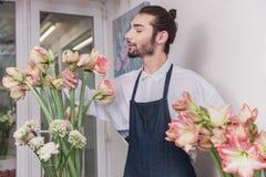 Piccola impresa Fiorista maschio nel negozio di fiore Studio di progettazione floreale, prendendo le decorazioni ed accordi immagini stock