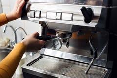 Piccola impresa, la gente e concetto di servizio - donna o cameriere in grembiule con il supporto ed il compressore che preparano Fotografie Stock