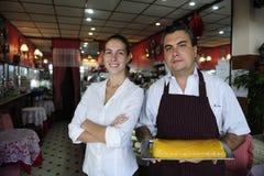 Piccola impresa: proprietario femminile di un caffè e di un cameriere Fotografie Stock Libere da Diritti