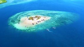 Piccola isola con la sabbia bianca in Bali fotografia stock libera da diritti