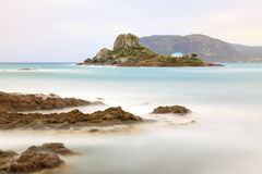 Piccola isola di Kastri con la cappella famosa di nozze Immagine Stock Libera da Diritti