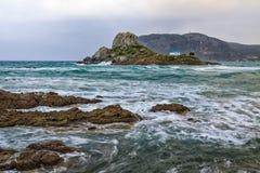 Piccola isola di Kastri con la cappella famosa di nozze Fotografia Stock