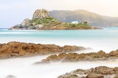 Piccola isola di Kastri con la cappella famosa di nozze Fotografia Stock Libera da Diritti