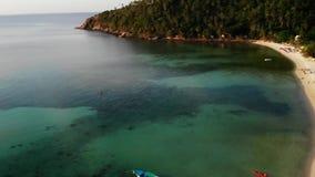 Piccola isola di Koh Ma di vista aerea del fuco, Ko Phangan Tailandia Paesaggio panoramico della costa esotica, spiaggia di Mae H archivi video