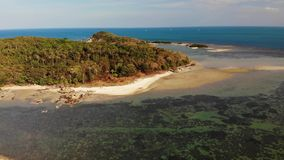 Piccola isola e barriera corallina in oceano Vista del fuco dell'isola disabitata verde e della barriera corallina di stupore in  stock footage