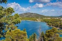 Piccola isola in mare adriatico di estate Fotografia Stock